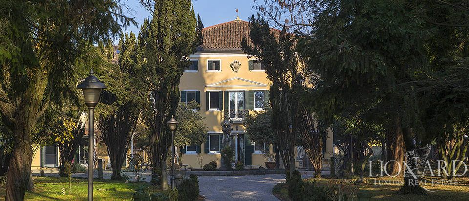 Historical villa for sale in Venice Image 3
