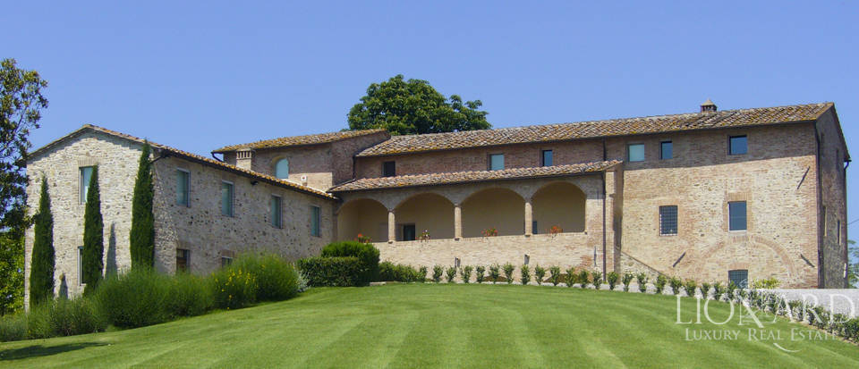 Luxury villa for sale near Siena Image 1