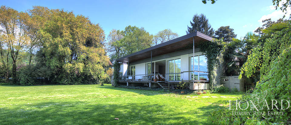 Lake-front villa for sale in the province of Lecco Image 1