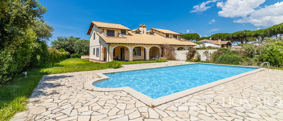 Luxury villa with swimming pool for sale in Viterbo Image 1