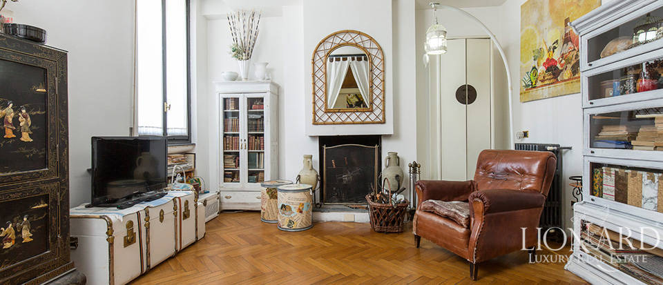 Exclusive penthouse with spacious terrace for sale in Milan