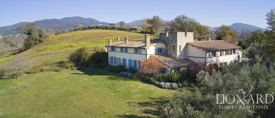 Wonderful farmstead surrounded by Umbria's stunning countryside