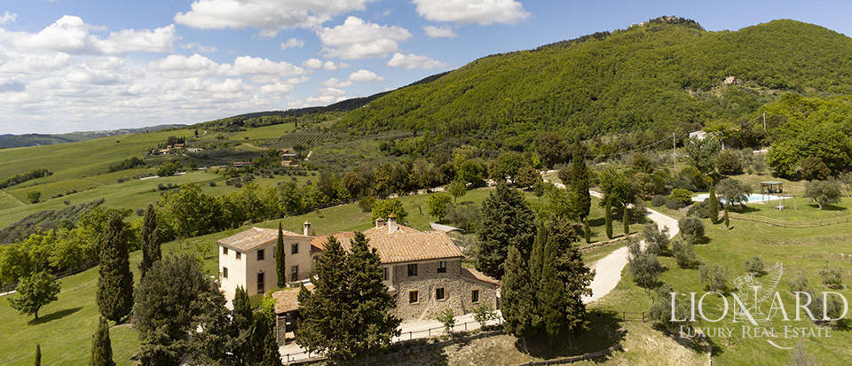 Stunning farmhouse with riding ring in Val d'Orcia