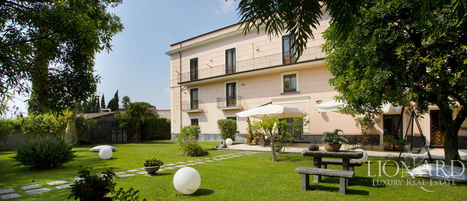 splendid villa with swimming pool for sale in naples