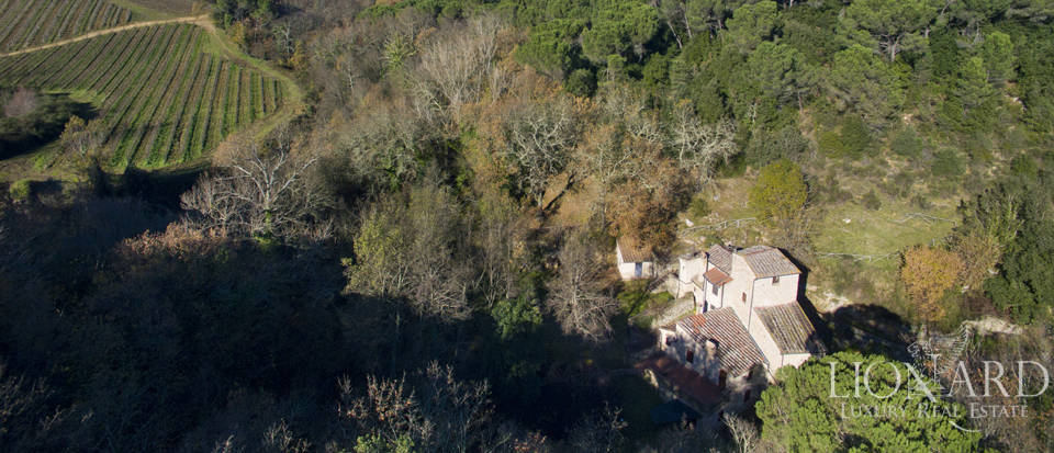 prestigious farmstead for sale in tuscany