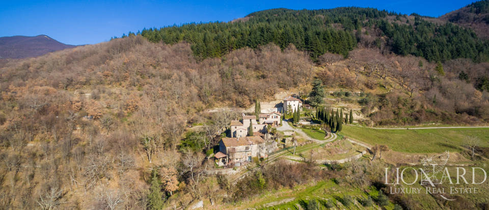 magnificent hamlet for sale in the tuscan countryside