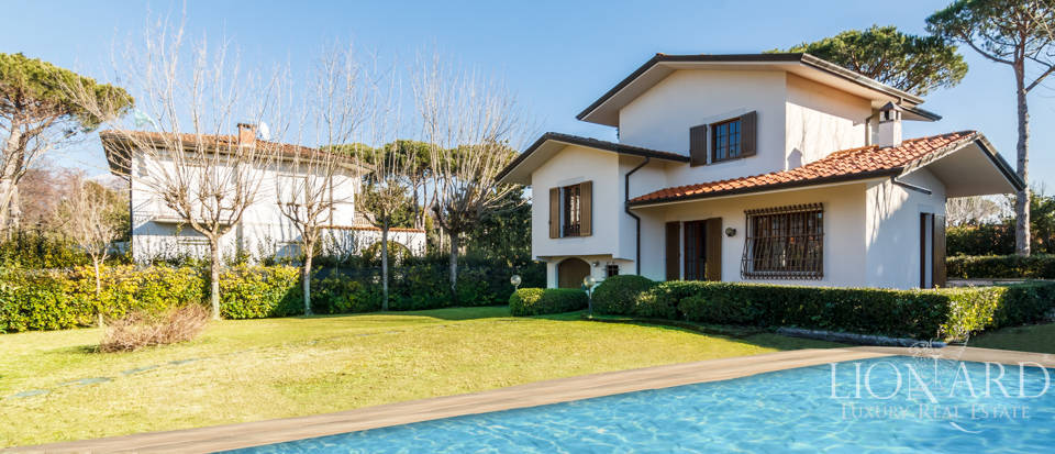 Refined villa for sale in the heart of Forte dei Marmi Image 1