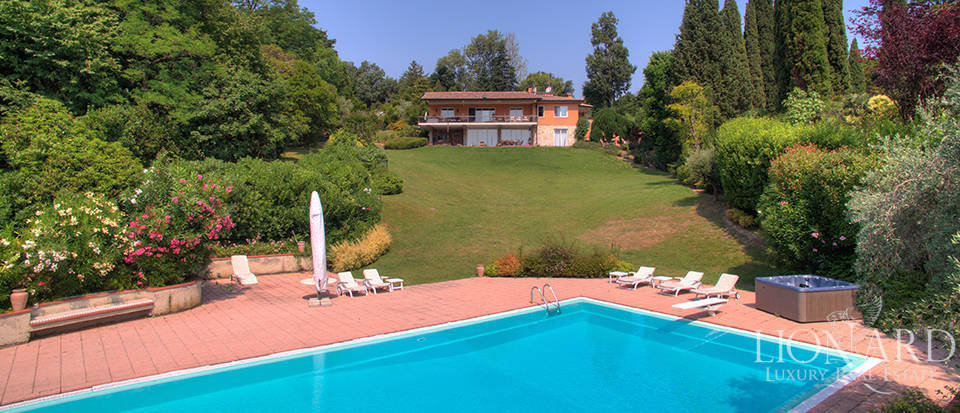 Lake-front villa for sale in Manerba del Garda Image 1
