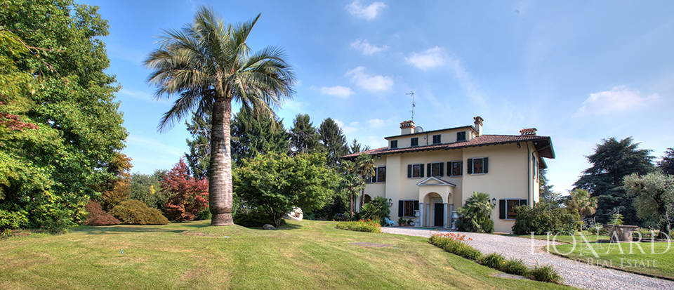 stunning villa for sale near como