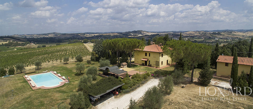 Lovely farmhouse on the hills near Florence Image 1