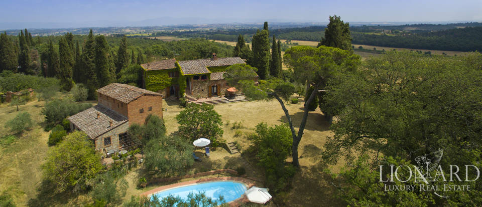 Farmhouse with swimming pool for sale in Siena Image 1