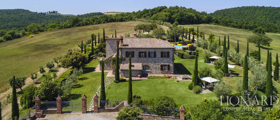 Stunning farmhouse for sale in the Siena area Image 1