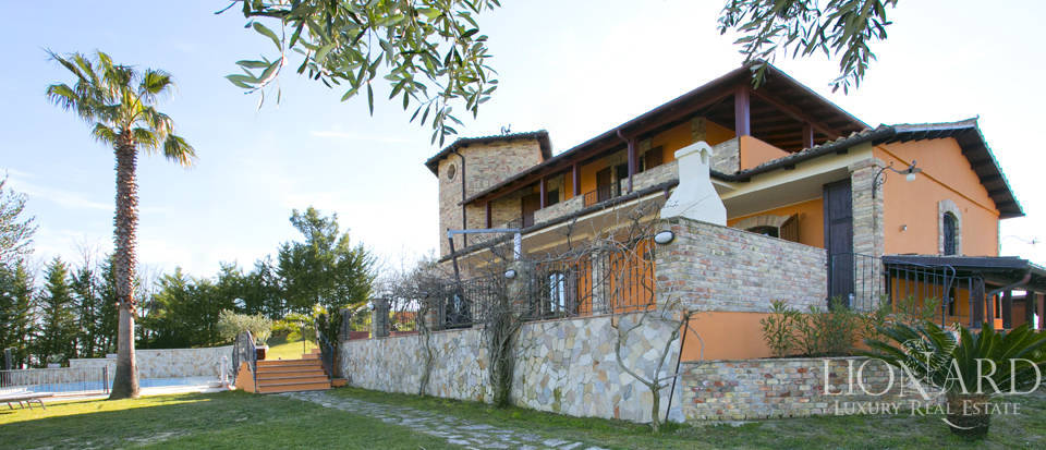 villa with swimming pool for sale in teramo