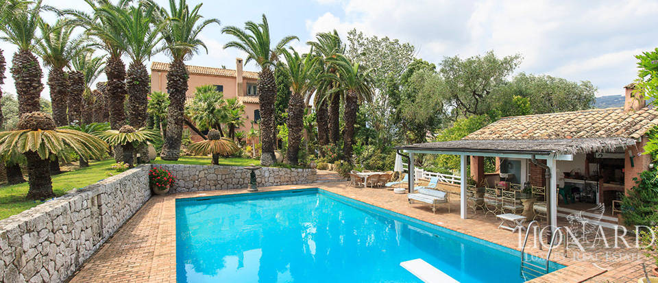 Elegant villa with swimming pool by the sea in Liguria Image 1