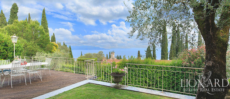 villa for sale on the shores of lake garda