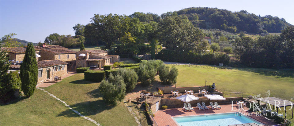 Charming farmstead for sale on Siena