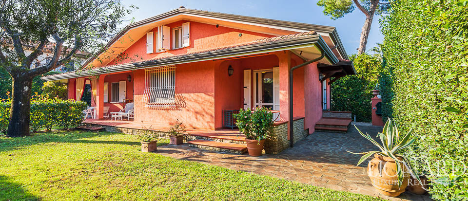 detached villa for sale in the heart of forte dei marmi