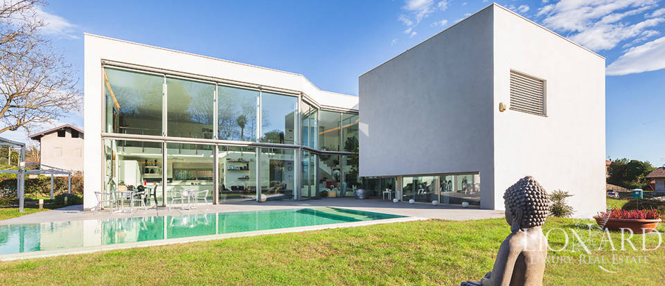 Designer villa for sale in the province of Varese Image 1