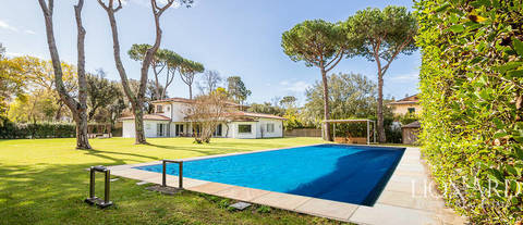 luxury property for sale in forte dei marmi with private garden