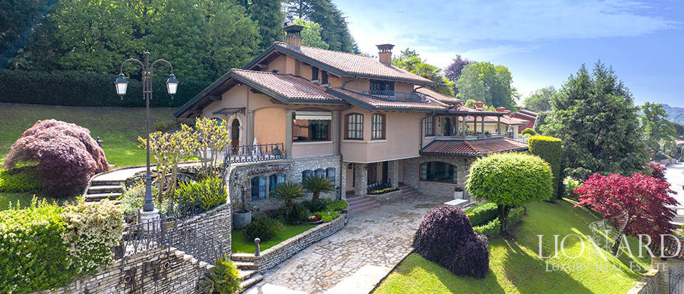 Panoramic villa for sale in the province of Bergamo Image 1