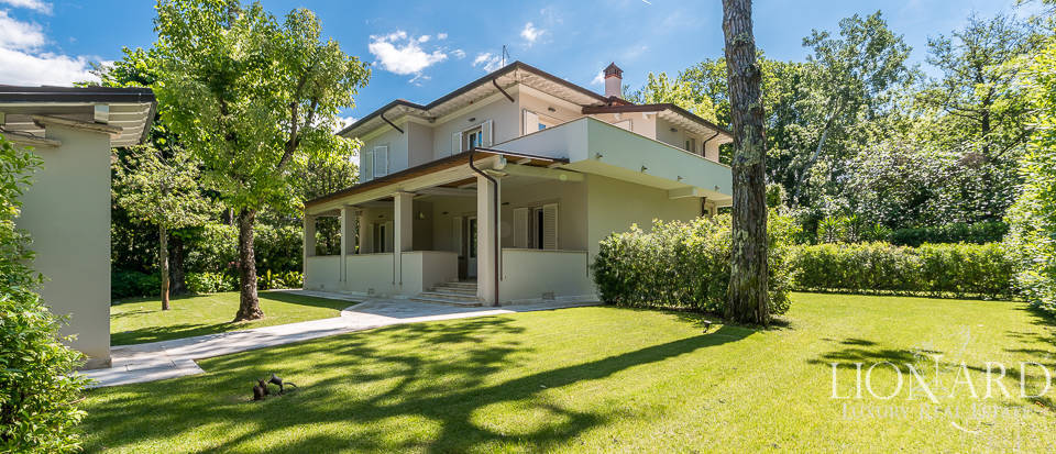 Stunning luxury villa for sale in Forte dei Marmi Image 1
