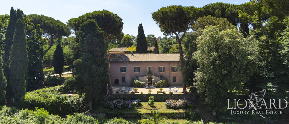 Historical villa with a park for sale in Rome Image 1