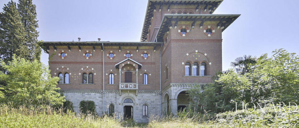 Prestigious castle for sale in front of Lake Varese Image 1