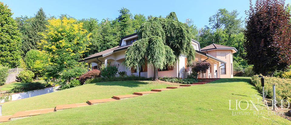 Villa with private garden for sale in the heart of Arcore Image 1