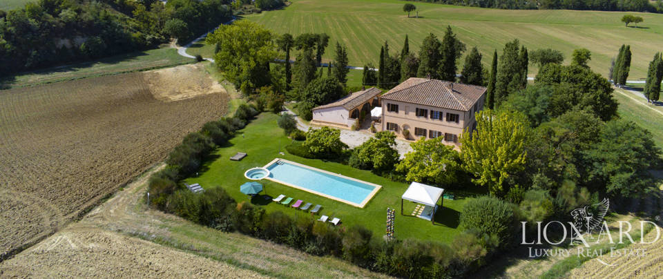 villa with poll for sale in montalcino