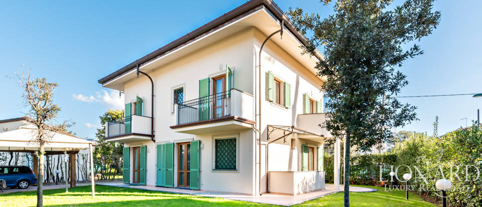 Elegant little villa in the heart of Forte dei Marmi Image 1