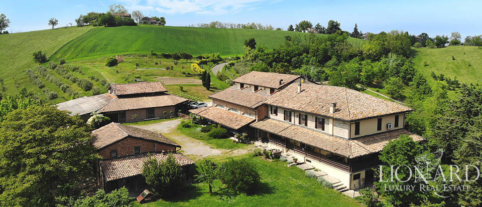 Luxury farmhouse for sale between Parma