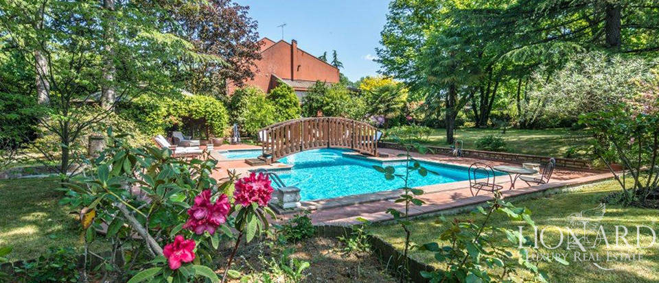 Elegant villa with wonderful pool on the outskirts of Milan Image 1