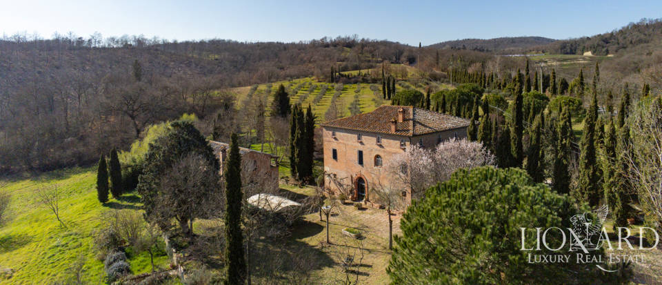 Charming farmhouse for sale near Siena Image 1