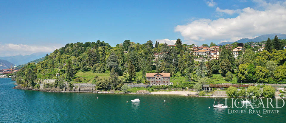 Prestigious villa with a view of Lake Maggiore Image 1