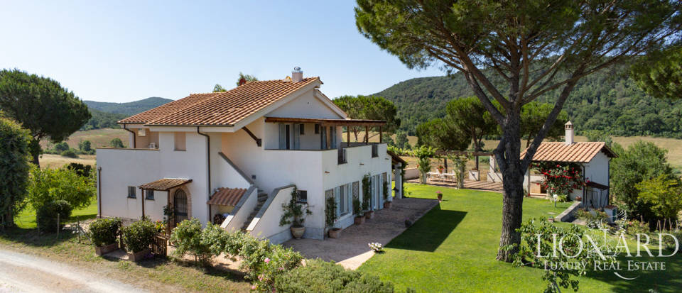 Elegant farmhouse for sale near Argentario Image 1
