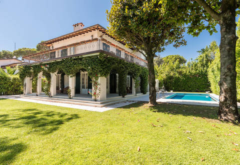 villa with garden and pool in the centre of forte dei marmi