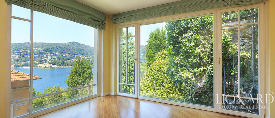 High-end property for sale in front of Lake Como Image 1