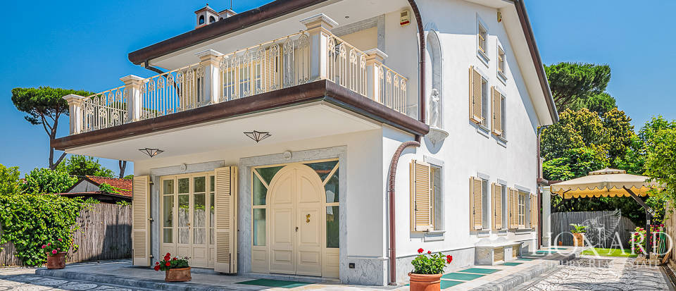 Luxury villa for sale in Forte dei Marmi Image 1