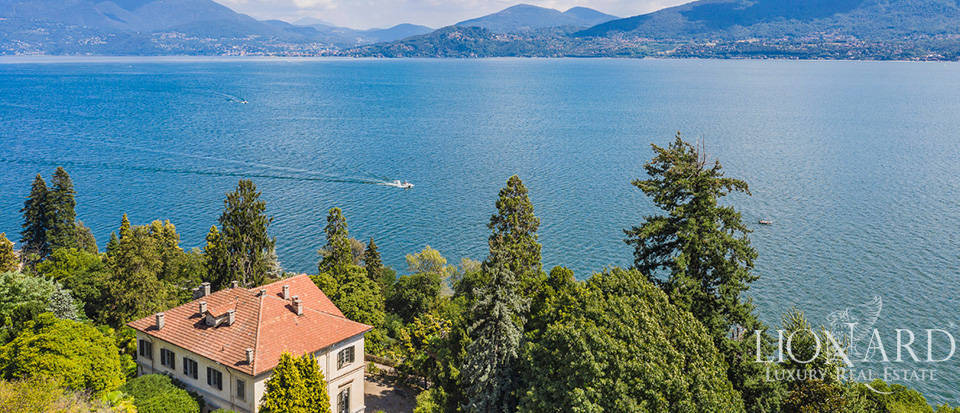 Luxury villa of huge historical value surrounded by a big leafy park by Lake Maggiore