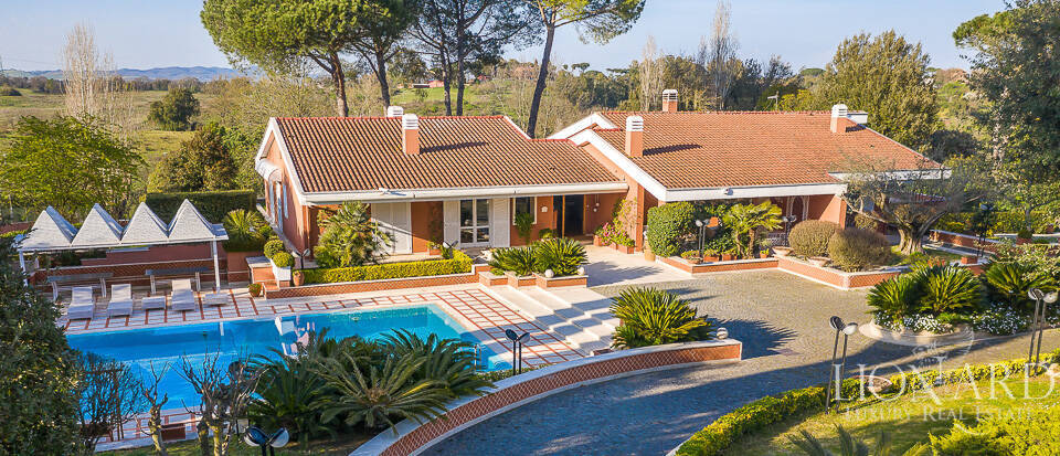 Stunning villa with park and pool in Rome Image 1