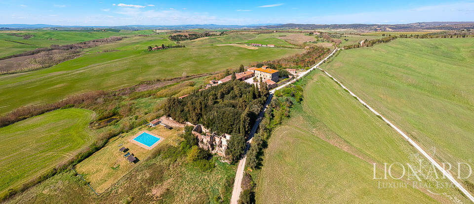 Majestic farmstead in the heart of Tuscany Image 1
