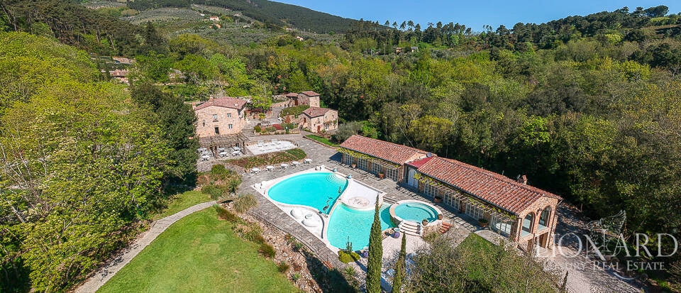 Old 18th-century hamlet in the heart of Tuscany Image 1