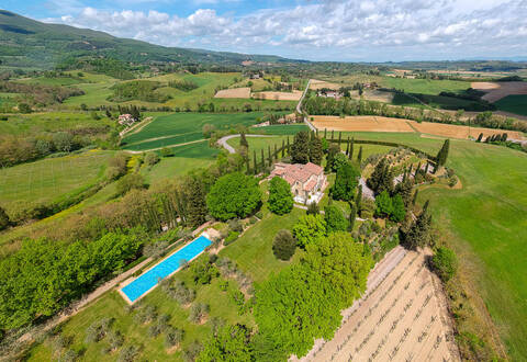 finely renovated luxury farmhouse in tuscany