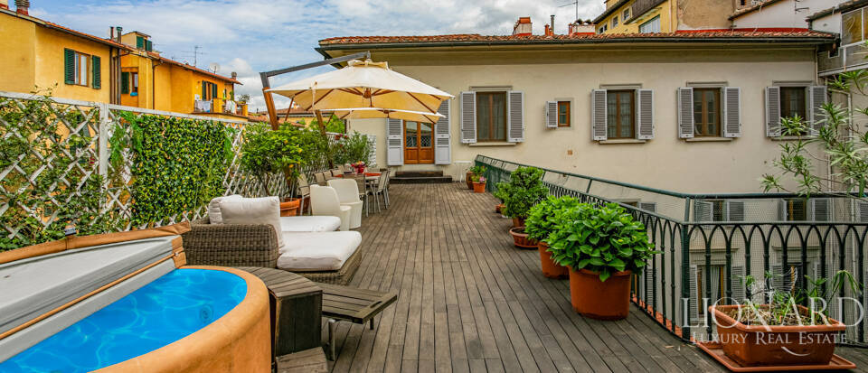 Wonderful penthouse with terrace in Florence Image 1
