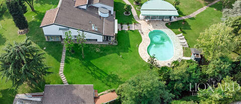 villa with pool for sale in telgate