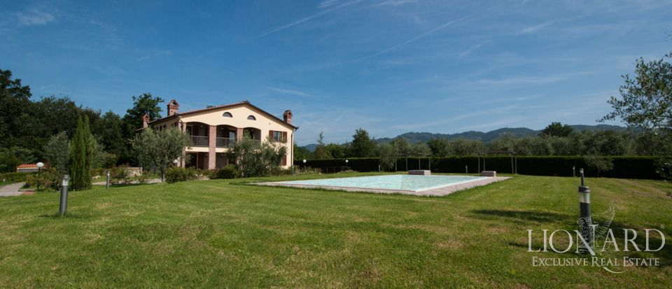 villa with swimming pool for sale in tuscany