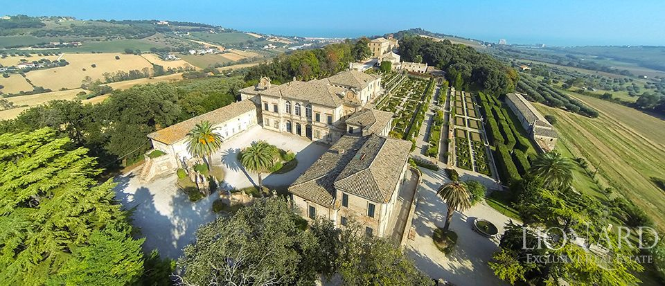 HISTORIC LUXURY VILLA FOR SALE IN MARCHE Image 1