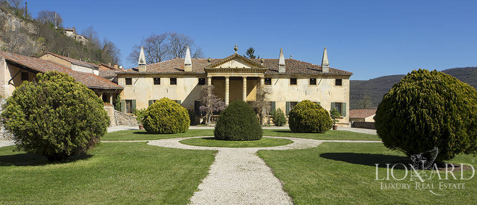 Elegant period villa for sale in Vicenza Image 1