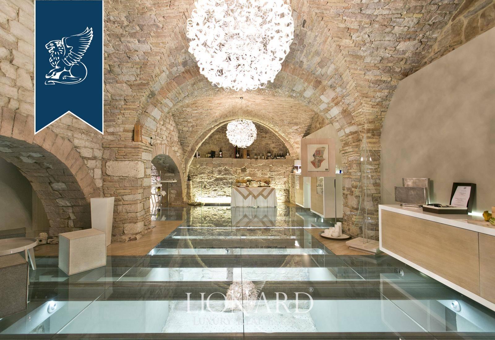 Palazzo in Vendita a Assisi: 1000 mq