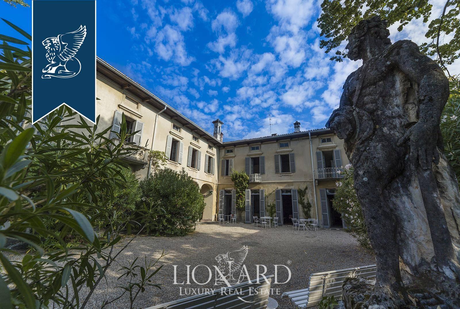 Villa in Vendita a Erba: 2200 mq